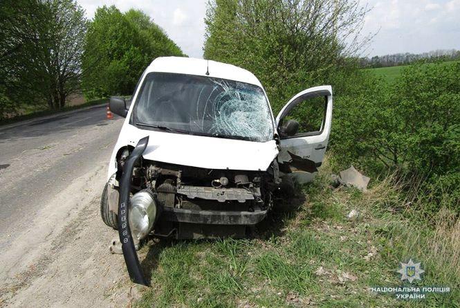 Поблизу Городка лоб у лоб зіткнулися Renault та мотоцикл. Водій помер на дорозі