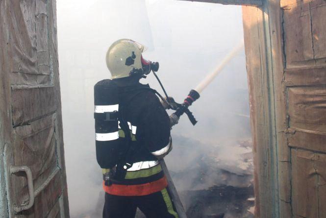18 рятівників на 4 автомобілях гасили пожежу в школі на Ізяславщині