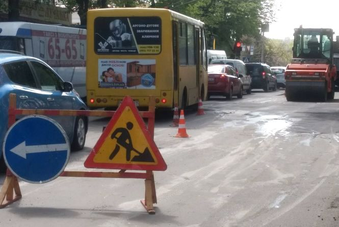 Фото дня: Кам'янецька в заторах через латання дороги