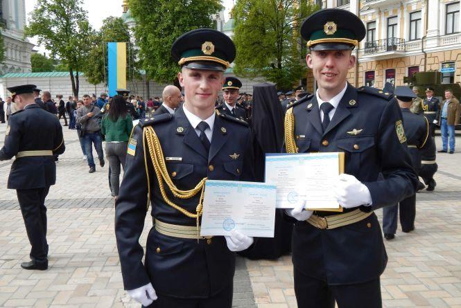 На Софійській площі у Києві Порошенко вручив дипломи прикордонникам