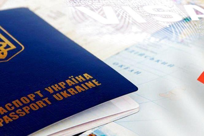 В ЄС хочуть ввести платні спецдозволи українцям для в'їзду за безвізом