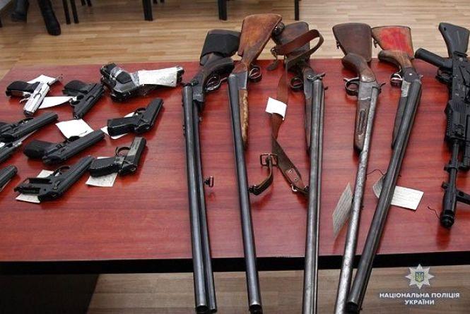 Більше сотні пістолетів, ножів та вибухівку добровільно здали хмельничани до поліції