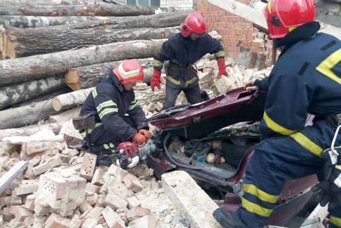 У Дунаївцях впала стіна меблевої фабрики. Під завал потрапили два автомобілі