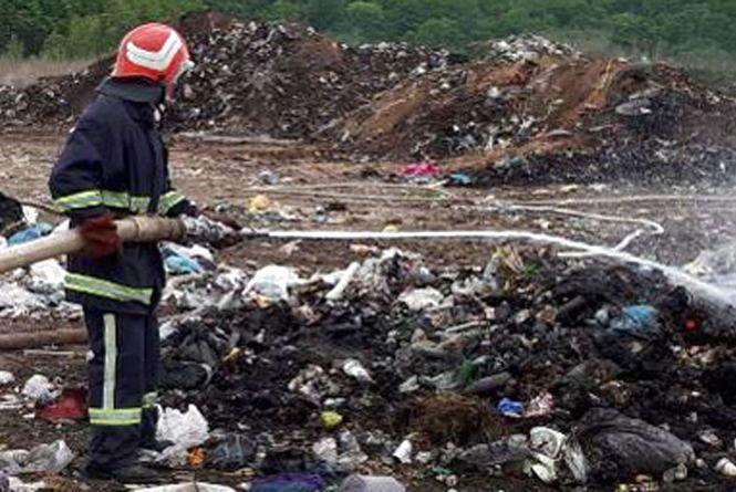 13 рятівників на 3 автомобілях гасили сміттєзвалище поблизу Хмельницького