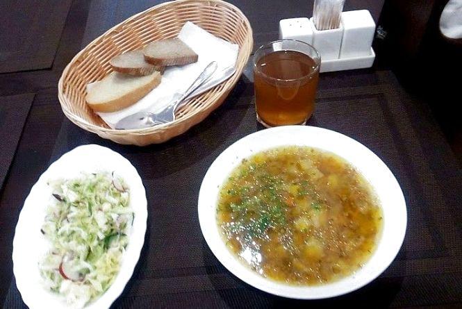"""Перевіряємо хмельницькі їдальні: як годують в """"Кабріолеті"""" за 38 гривень"""