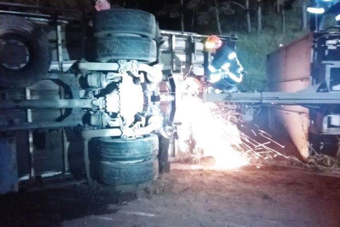 У Деражні перекинулася вантажівка та заблокувала рух на дорозі