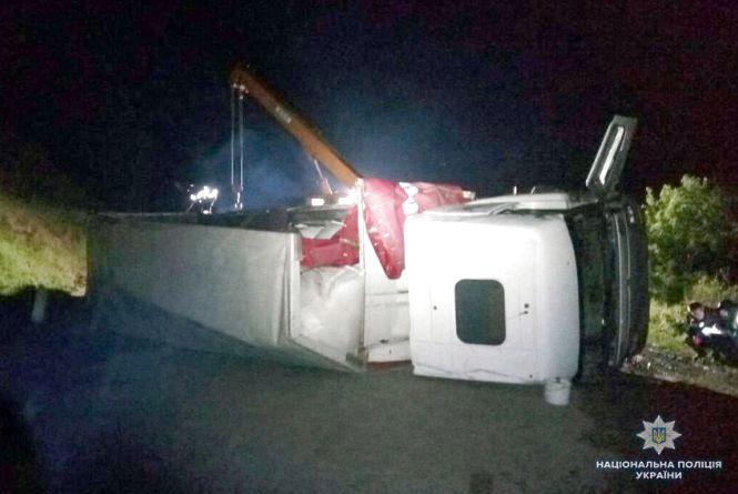 На виїзді з Деражні перекинулася вантажівка. Водій в реанімації