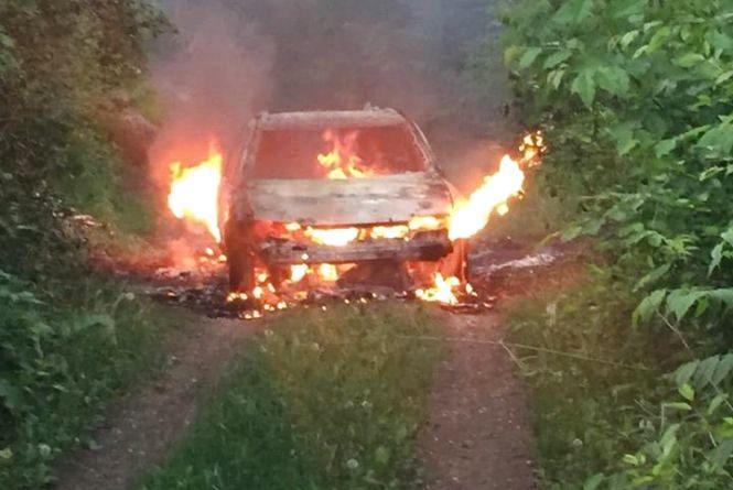 Водій спалив автомобіль після того, як вилетів на тротуар і збив жінку в центрі Хмельницького