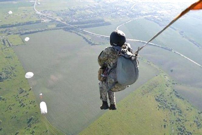 Хмельницькі десантники стрибали з парашутом в тил противника
