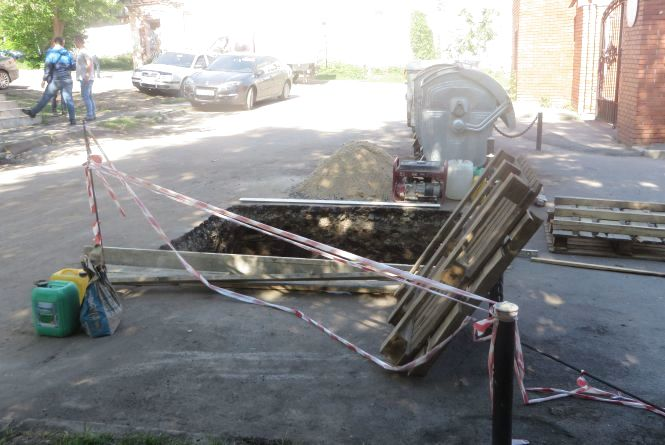 В центрі Хмельницького розрили ями для підземних сміттєбаків. Що кажуть перехожі
