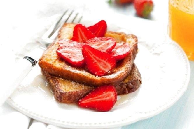 Смачний сніданок: готуємо французькі тости з полуницями
