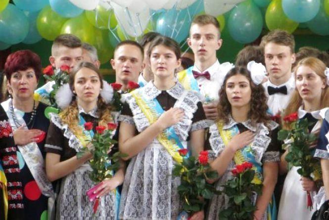 """""""Совкова форма"""" чи українська вишиванка: що одягати школярам на останній дзвоник"""