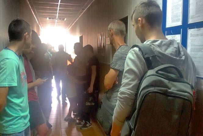 Ажіотаж за біометрикою. Чому хмельничани стоять у черзі, щоб забрати паспорт