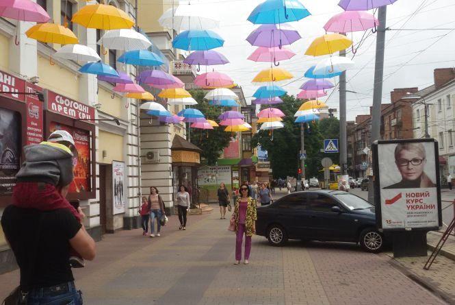 Фото дня: центр Хмельницького прикрасили кольоровими парасольками