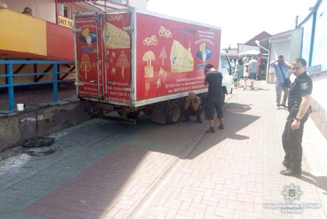У Хмельницькому на ринку вантажівка збила 24-річну жінку. Вона в лікарні