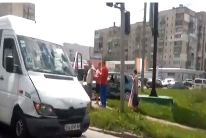 У Хмельницькому маршрутка з пасажирами потрапила в аварію: двоє людей постаждали