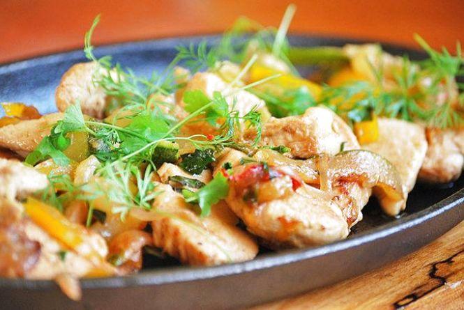 Ситний сніданок: готуємо курку з літніми овочами