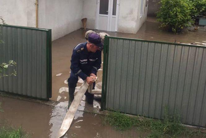 Злива затопила двори у Дунаївцях. Воду відкачували рятувальники