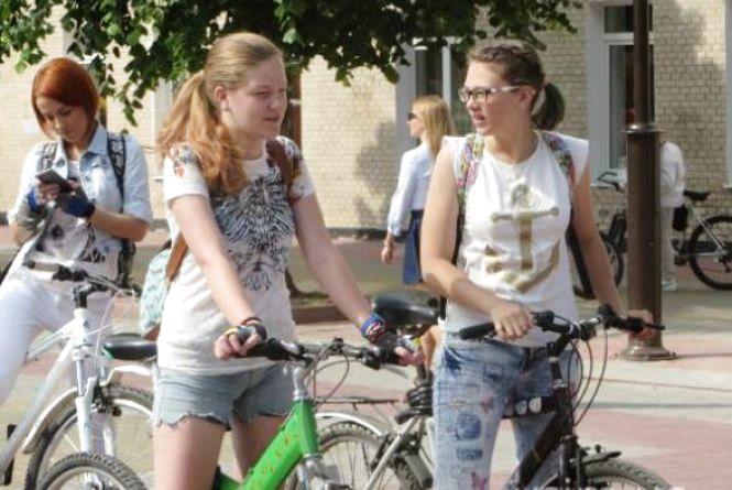 """Через дощ парад """"Леді на велосипеді"""" у Хмельницькому перенесли"""