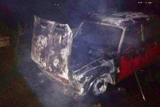 Пожежа посеред дороги: вночі неподалік Хмельницького вщент згорів легковик