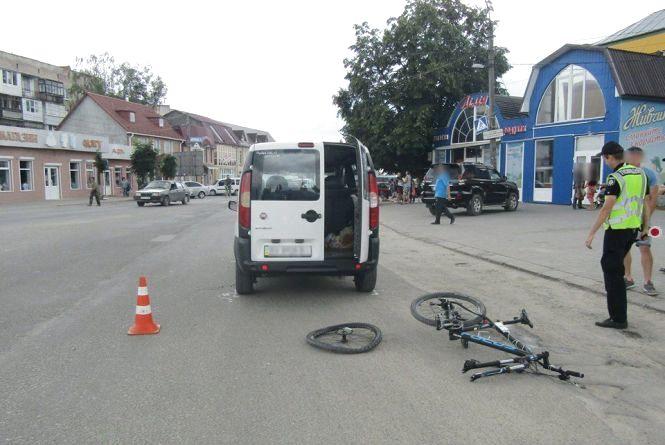 """У Дунаївцях """"Fiat"""" збив велосипедиста на переході. Постраждав 18-річний хлопець"""