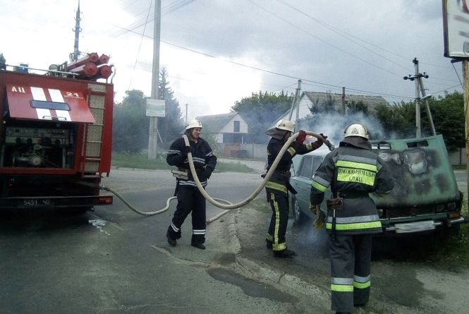 """Пожежа у Шепетівці. """"ВАЗ"""" загорівся просто посеред вулиці"""