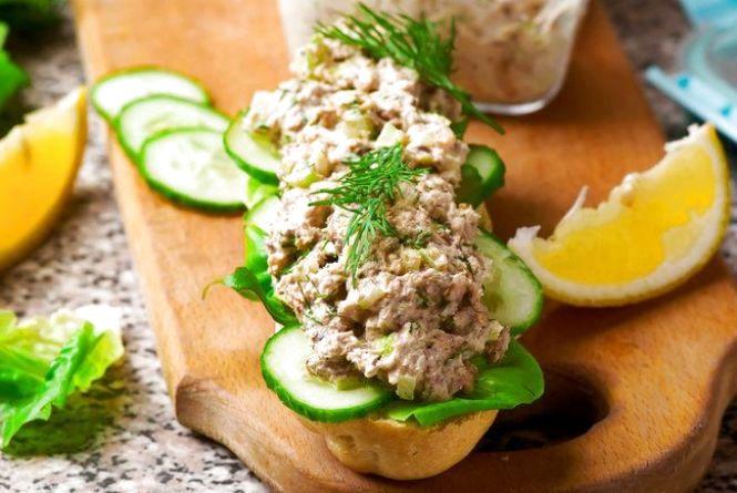 Смачний сніданок: готуємо бутерброди з салатом з тунцем