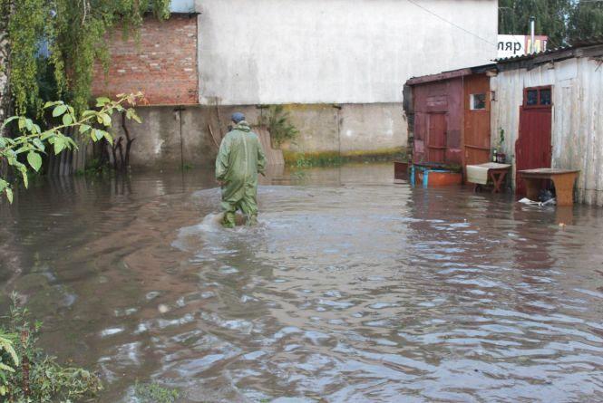 Воду з вулиць відкачували до ранку. Як боролися з наслідками негоди у Хмельницькому