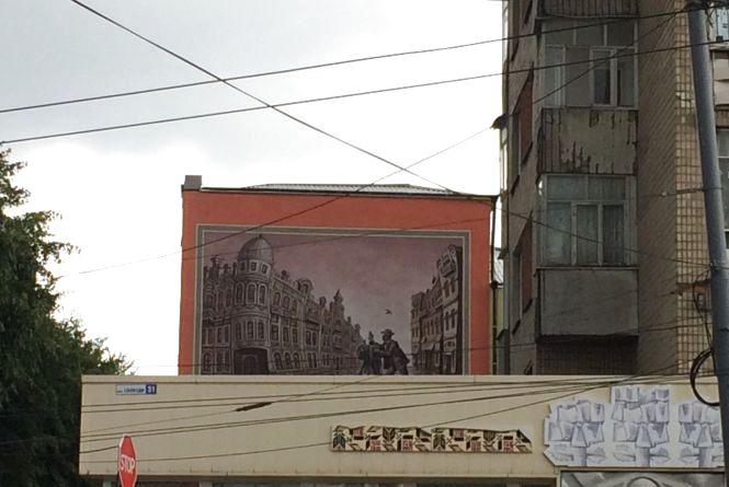 Наче старовинне проскурівське фото початку ХХ століття. Про новий мурал та історію будинку
