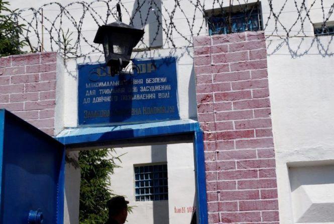 Мешканець Ізяславської колонії отримав додаткових 3 роки ув'язнення за спробу пронести наркотики