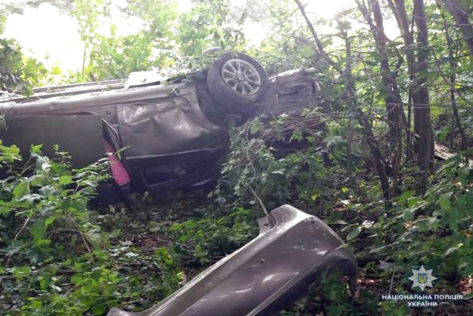 Біля Старокостянтинова перекинувся легковик. 21-річний водій у важкому стані