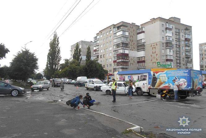 У Шепетівці легковик в'їхав у вантажівку: двоє людей постраждало