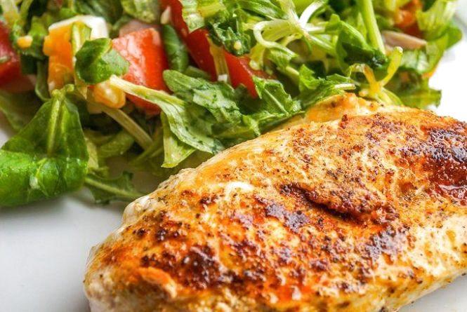 Смачний сніданок: як приготувати ідеальне куряче філе за 20 хвилин