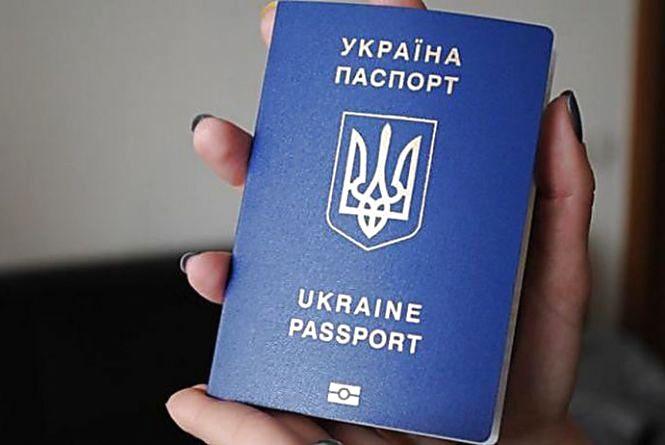 """Хмельничан попередили про шахраїв, які """"допомагають""""оформити закордонні паспорти"""
