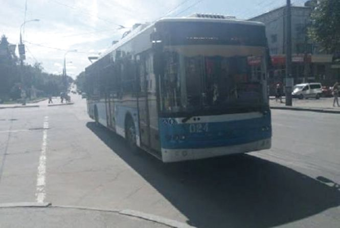 У Хмельницькому одразу дванадцять тролейбусів  змінять графік руху та маршрут