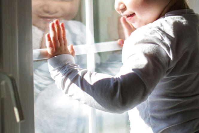 У Хмельницькому трирічна дитина випала з вікна п'ятого поверху