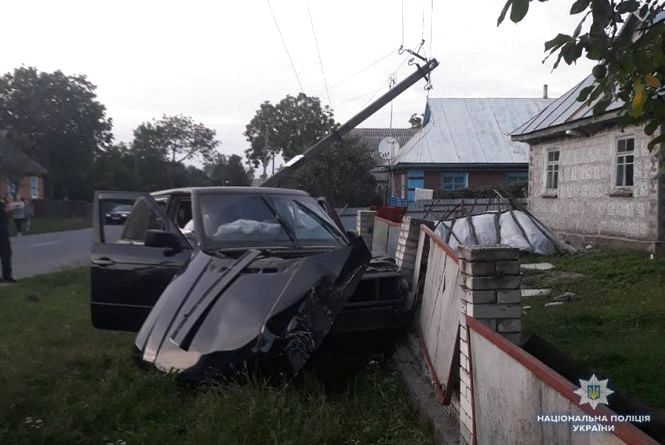 """У Старосинявському районі """"Range Rover""""  зніс два паркани та влетів у стовп"""