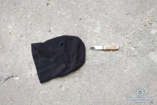У Кам'янці посеред білого дня озброєний грабіжник у масці напав на магазин