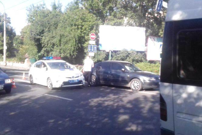 Затор у центрі Хмельницького: біля філармонії Volkswagen збив дівчину
