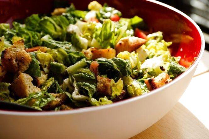 Оригінальний сніданок: готуємо салат з грінками і авокадо