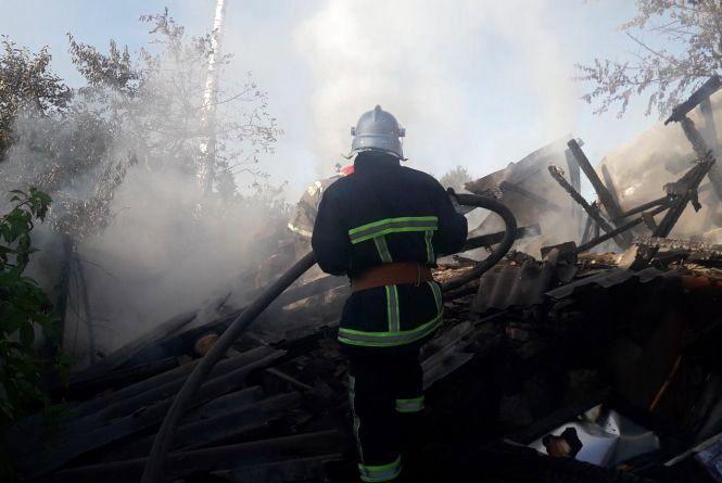 Сім рятівників на двох  автомобілях гасили пожежу у Гречанах