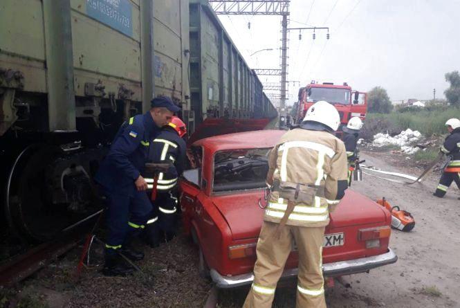 """У Волочиську """"ВАЗ"""" зіштовхнувся з поїздом: водій загинув на місці"""