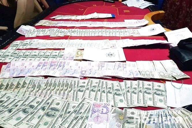 У казино в Старокостянтинові поліцейські вилучили півмільйона гривень