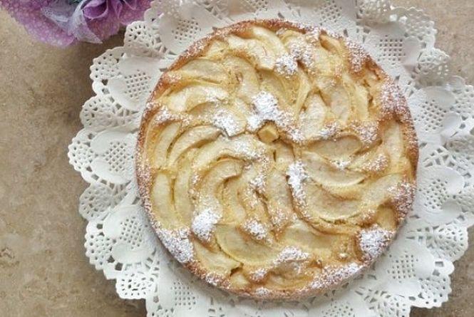 Смачний сніданок: готуємо швидкий пиріг з яблуками на кефірі