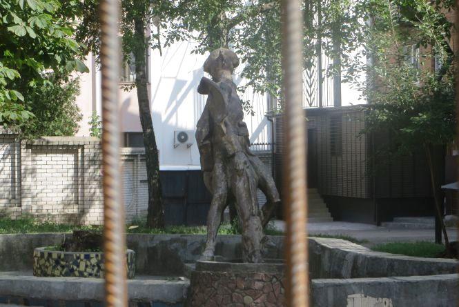 Пам'ятник Мюнхгаузену - за гратами. Чому скульптуру загородили парканом