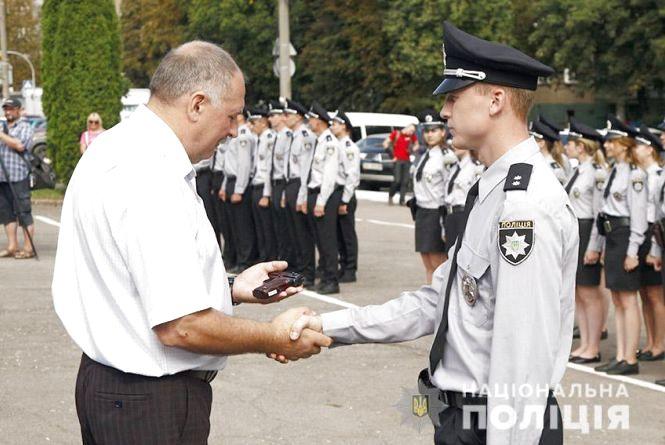 У Хмельницькому вручили вогнепальну зброю молодим поліцейським