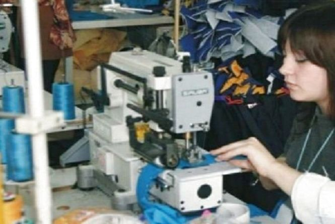Майже 800 тисяч гривень штрафу отримав підприємець з Хмельницького за нелегальних швачок