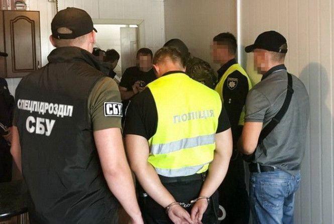 Хмельницьких патрульних впіймали на хабарі. «Дорожній контроль» назвав імена затриманих
