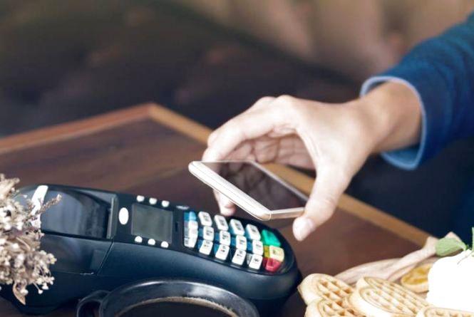 """В Україні замінять касові апарати на смартфони та видаватимуть """"електронні чеки"""" покупцям"""
