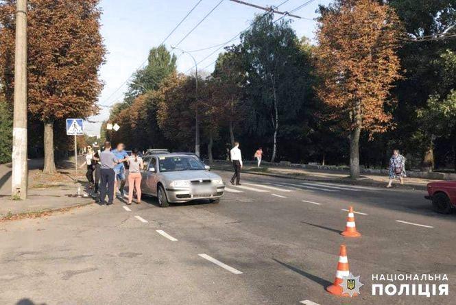 """Біля міської лікарні Skoda збила 57-річну хмельничанку на """"зебрі"""""""